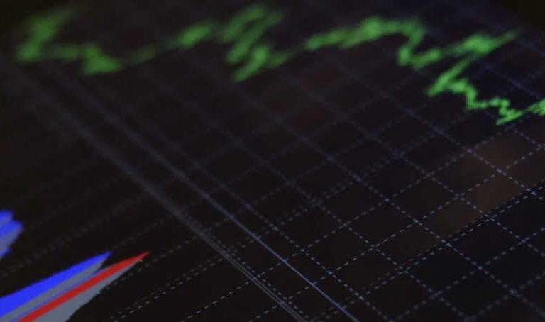 La incertidumbre y temor que producen a los inversionistas un movimiento brusco en el mercado con tendencia a la baja, son emociones que se pueden canalizar en oportunidades para realizar una jugada favorable a la inversión, tomando en cuenta que estas tendencias del mercado son temporales. Una caída del mercado se refiere a una desvalorización generalizada en los precios de los activos de al menos un 20% partiendo de los indicadores más recientes en ese momento. Sin duda, en estos tiempos puede ser alarmante la cifra, pero hay que manejar la situación con cautela. La intención es saber cómo actuar cuando el mercado de valores da un golpe a sus rendimientos. Los inversores necesitan separar sus emociones al momento de la toma de decisiones en la adquisición de activos. Lo que puede parecer un desastre en las finanzas a nivel global, en el futuro solo será recordado como un parpadeo en la pantalla del radar. Lo que realmente puede ser alarmante es la decisión que tomó en ese momento. Alternativas para superar una baja en el mercado Durante una caída del mercado hay dos estrategias que se pueden implementar, la más fácil es vender todos los activos disponibles evitando perder la inversión a medida que bajan los precios de las acciones, pero cuando mejore el rendimiento del mercado las ganancias obtenidas puede que no sirvan para readquirir el mismo número de acciones. La segunda postura que se podría adoptar es una manera defensiva, acumulando más acciones de manera sistematizada a medida que los precios disminuyen para aumentar los activos en venta, cuando el mercado se normalice esta inversión se pudiera ver duplicada. La estrategia que implementes dependerá del tiempo en que quieras ver reflejada tu inversión. Beneficios de la inversión a largo plazo Invertir no suele ser una táctica que se realiza de manera rápida para hacer una cantidad significativa de dinero en un corto periodo de tiempo. Por lo general es un proceso a largo plazo en el que se necesita pacienci